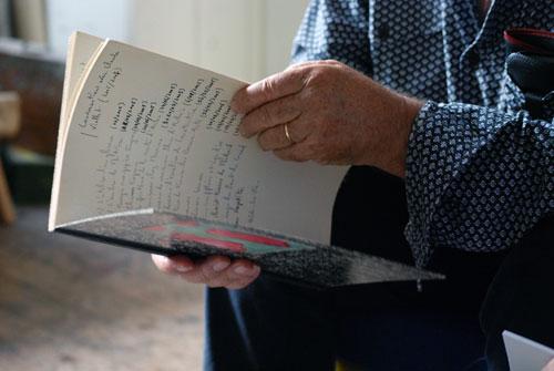 Claude Viallat feuillette le manuscrit de Jacques Maigne
