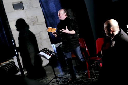 Ludovic Pautier lit ses poèmes, Toni Hernandez à la guitare et Jean-Louis Duzert projette ses photos.